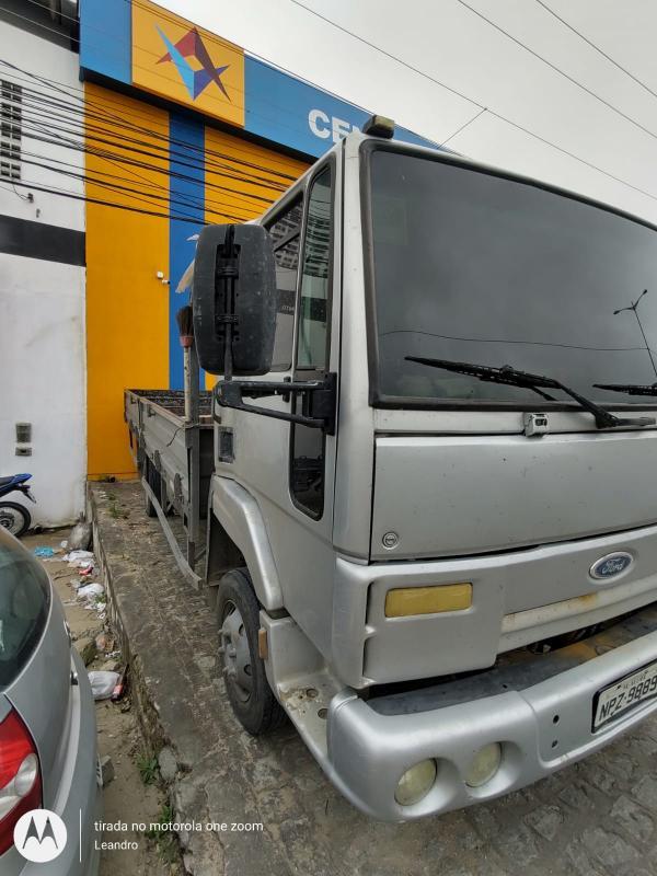 2 Caminhões e 1 Veículo